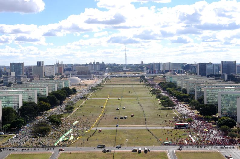 Brasília-DF | 17/04/2016 - Manifestação da população contra o impeachment da Presidente Dilma, na Esplanada dos Ministérios. Foto:Sônia Baiocchi/ Câmara dos Deputados
