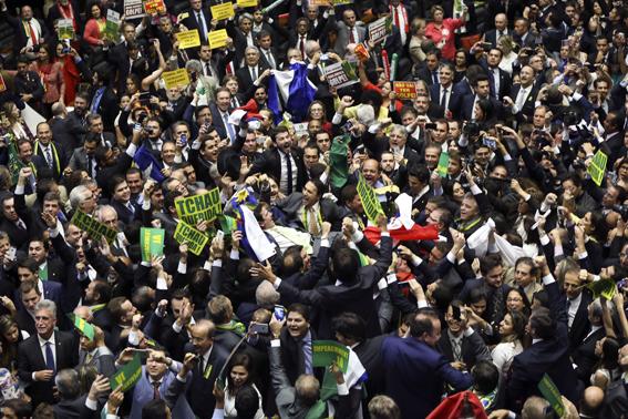 Brasília - O Deputado Bruno Araujo profere o voto que garante a autorização do processo de impeachment da presidenta Dilma Rousseff, no plenário da Câmara dos Deputados. Foto: Marcelo Camargo/Agência Brasil