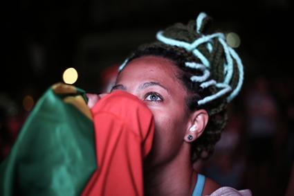 São Paulo | 17/04/2016 - Ato dos Movimentos Sociais em Defesa da Democracia, no Vale do Anhangabau. Simpatizantes contra o impeachment choram após a votação na Câmara Federal. Foto Paulo Pinto/Agencia PT