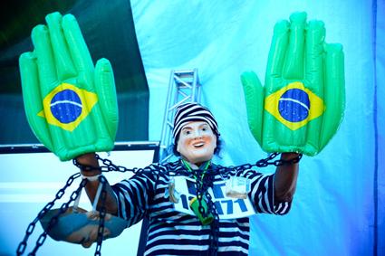 Rio de Janeiro -  Manisfestantes a favor do impeachment da presidente Dilma Roussef começam a chegar na praia de Copacabana. Foto: Tânia Rêgo/Agência Brasil