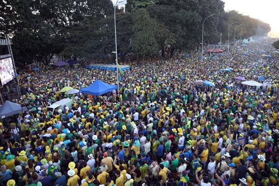 Brasília - Manifestantes favoráveis ao Impeachment da presidente Dilma Rousseff se reúnem na Esplanada para assistir no telão a votação do processo. Foto: Fábio Rodrigues Pozzebom/Agência Brasil