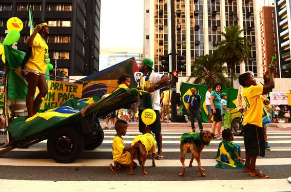 São Paulo - Concentração de manifestantes que defendem o processo do impeachment da presidenta Dilma Rousseff, na Avenida Paulista. Foto: Rovena Rosa/Agência Brasil