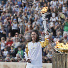 É do Brasil: Grécia entrega chama dos Jogos Olímpicos ao Rio 2016, vídeo