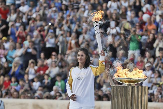 Momento em que a chama passa simbolicamente para a tocha brasileira. Foto: Rio2016/Andre Luiz Mello