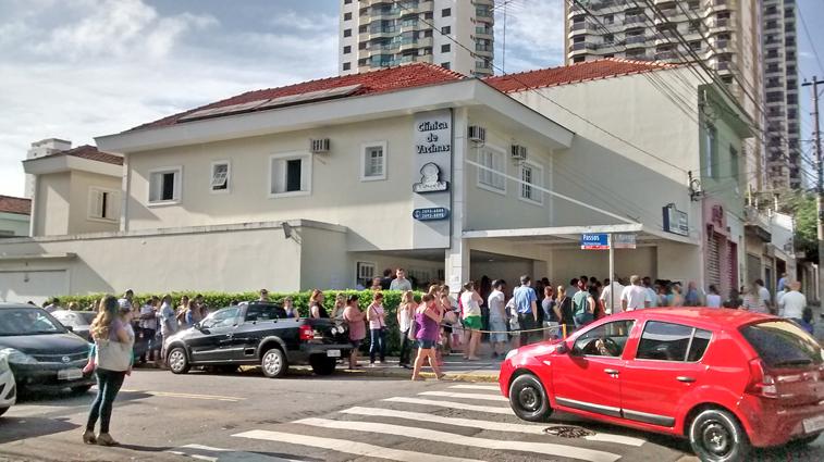 Moradores do Tatuapé fazem fila para receber vacina e aguardam abertura da clínica antes das 8h da manhã. Foto: aloimage