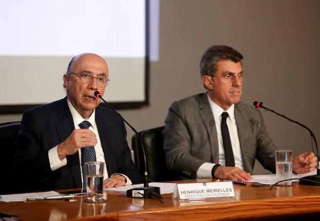 Brasília - Os ministros da Fazenda, Henrique Meirelles, e do Planejamento, Romero Jucá, falam sobre o déficit primário para 2016, durante coletiva de imprensa. Foto: Wilson Dias/Agência Brasil