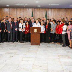 """""""Estou vivendo a dor da traição e da injustiça"""", diz Dilma a manifestantes"""