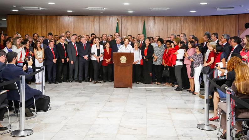 Dilma Rousseff durante coletiva de imprensa ao lado da cúpula do governo. Foto: Roberto Stuckert Filho/PR