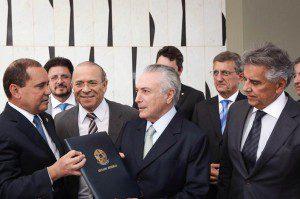 Michel Temer assina notificação de posse como presidente interino encaminhada pelo Senado. Foto: Marcos Corrêa / VPR