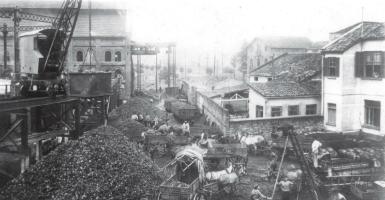 Pátio da Casa das Retortas, local de queima do carvão mineral, no Brás. 1900