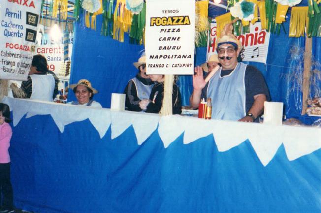 Barraca das fogazzas numa das festas juninas realizadas no início dos anos 2000. Foto: arquivo ECSM