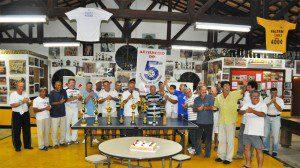 Festa de confraternização no final de 2009, no momento em que estão sendo entregues os troféus aos jogadores. O atual presidente Samara, está no centro da imagem de camiseta listrada. Foto: aloimage