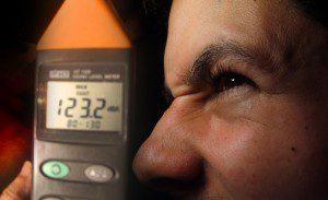 Aparelho para medição de ruídos e cidadão perturbado com o excesso de barulhos. Fotomontagem ilustrativa: aloart / Sobrefotos: Getty Images