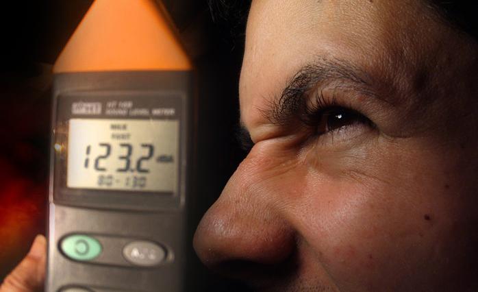 Sonômetro e cidadão perturbado com o excesso de ruídos. Fotomontagem ilustrativa: aloart / Sobrefotos: Getty Images