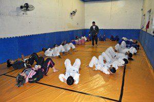 O professor Cristiano inspeciona os alunos durante os abdominais. Foto: aloimage