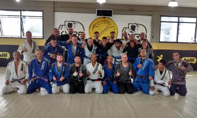 O professor Cristiano, no centro da imagem (ajoelhado), com os companheiros de treino da Xtreme Gold Team, no Tatuapé. Foto: aloimage