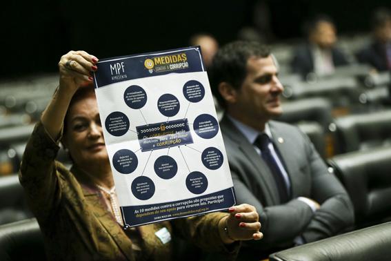 Brasília - A Câmara dos Deputados realiza comissão geral para discutir o Projeto de Lei 4850 de 2016 que estabelece dez medidas de combate à corrupção, a crimes contra o patrimônio público e ao enriquecimento ilícito de agentes públicos. Foto: Marcelo Camargo/Agência Brasil