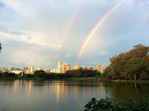 """Arco-íris visto do lago do Parque Ibirapuera, uma das áreas de parques que integram a """"floresta urbana"""" de São Paulo. Foto: Ale Kormann/ Fotos Públicas"""