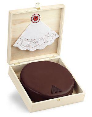 Na Confeitaria Demel em Viena, um bolo ou torta Sacher com 800 g, como a da foto, sai por 30,70 euros, aproximadamente 33,20 dólares, equivalente a 116,86 reais (dólar comercial cotado a 3,52 reais). Se considerarmos que a moeda na Áustria é o euro, o valor sobe para 122,80 reais (euro a R$ 4 reais). As cotações são do dia 3 de junho (Fonte: UOL Economia). Foto: Demel KuK Hofzuckerbäcker / divulgação