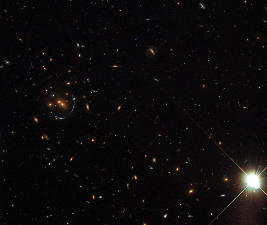 O estudo revelou que as galáxias menores sofrem uma interação gravitacional devido à atração da galáxia principal, de maior massa. Imagem: SDSS