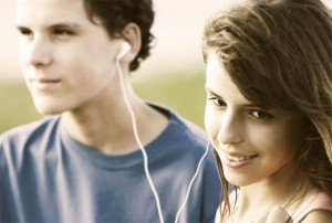 Hábitos de usar diariamente fones de ouvido e frequentar ambientes muito barulhentos têm causado um aumento na prevalência de zumbido nos ouvidos em jovens, considerado um sintoma de perda auditiva, aponta pesquisa. Foto:Wikimedia Commons