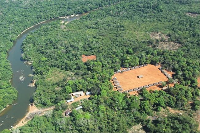 """Área na Amazônia oriental constitui """"ilha de floresta preservada"""", mas sofre pressão da pecuária extensiva, da exploração madeireira, da mineração e da expansão da agricultura da soja. Foto: Aldeia A'Ukre, no sul do Pará, onde foi realizado o estudo/Arquivo da pesquisadora."""