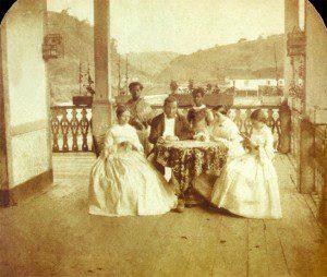 Estudo investigou como o racismo foi tratado ao longo da história e como ele influencia a atividade dos psicólogos profissionais. Foto: Família e suas escravas domésticas no Brasil, Revert Henry Klumb, 1860/Wikimedia Commons