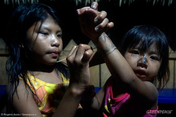 Crianças na aldeia Sawré Muybu, do povo Munduruku. Foto: © Rogério Assis / Greenpeace
