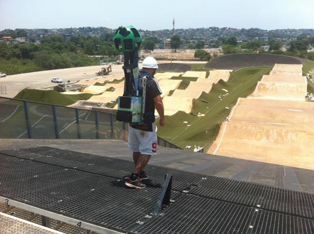 Operador fotografa o Centro Olímpico de BMX com o trekker. Foto: Rio 2016/Guilherme Torres
