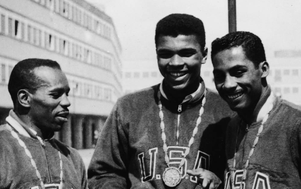 Eddie Crook, Cassius Clay (mais tarde Muhammad Ali) e Skeeter McClure com suas medalhas de ouro nos Jogos Roma 1960. Foto: Getty Images
