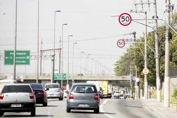 Pistas locais das marginais Pinheiros e Tietê que tiveram a velocidade reduzida para 50 km/h, causando divisão de opiniões e processos contra a Prefeitura. Foto: Marcelo Camargo/Agência Brasil