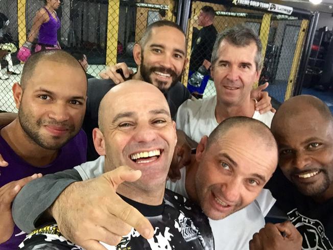 O lutador Guilhotina (à frente na esquerda) após a aula de Submission dada por ele na Xtreme. Foto: Paulo Sanchez