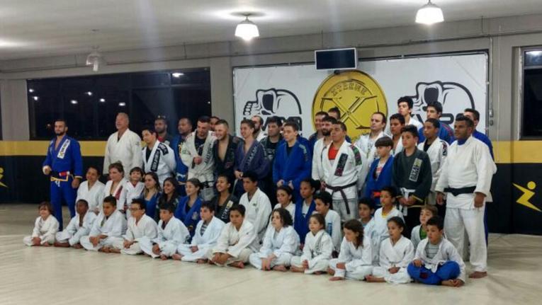 Formação dos alunos dos projetos sociais e equipe Xtreme Gold Team. Foto: Divulgação / Xtreme