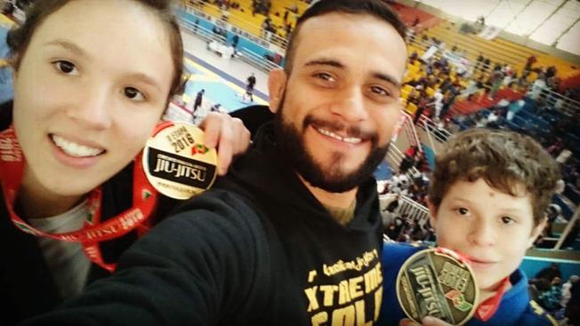 Alezinho e seus alunos campeões, à esquerda Leila, que vai disputar o mundial de Jiu Jitsu no ginásio do Ibirapuera neste sábado (16/07). Foto: Alexandre Tadeu