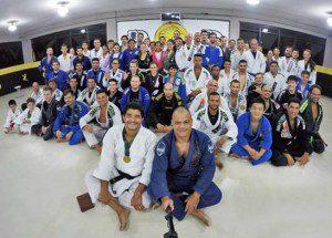 Mestre Pedra (kimono azul), professoes, graduados e alunos do período noturno. Foto: Alexandre Tadeu / Xtreme