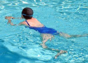 Grupo da Unifesp tem avaliado diversas alternativas de exercícios físicos para reduzir a dor e melhorar a qualidade de vida de pacientes fibromiálgicos, entre elas caminhada e corrida aquática. Foto: Wikimedia Commons