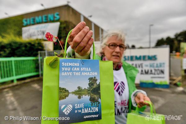 Ativistas do Greenpeace protestam na Bélgica, em frente à sede da Siemens no País, pedindo que a empresa não se envolva no projeto da hidrelétrica de São Luiz do Tapajós.  Foto: © Philip Wilson/Greenpeace