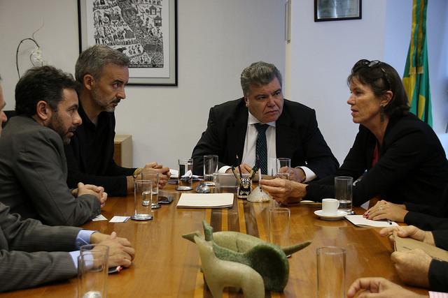Ao centro, o ministro Sarney Filho. Ao seu lado direito está Bunny McDiarmid e ao seu lado esquerdo, Asensio Rodriguez. Foto: © Alan Azevedo / Greenpeace)