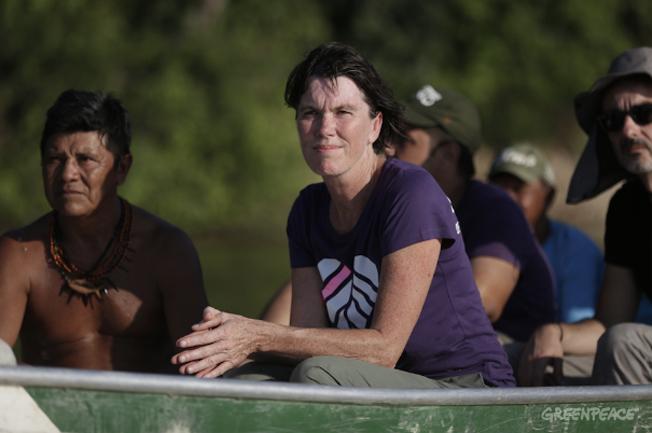 Bunny McDiarmid, Diretora Executiva Internacional do Greenpeace, navega no Rio Tapajós com lideranças Munduruku. Foto: © Lunaé Parracho / Greenpeace)