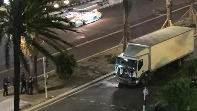 Caminhão utilizado no ataque. Foto: RFI/Twitter/@Nice_Matin