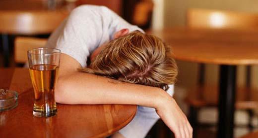 Alcoolismo e seus efeitos negativos: sonolência, falta de coordenação e ressaca.  Foto: Divulgação / SPSP