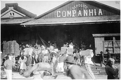 Com a escassez de alimentos ocasionada pela Revolução de 1924, a população começou a saquear mercados e indústrias – neste caso, os armazéns da Companhia Puglisi. Foto: Acervo FES
