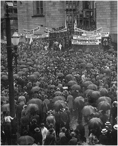 À direita, população reunida participando de um comício em protesto ao governo de Getúlio Vargas, na Praça da Sé, 1932. Foto: Acervo FES
