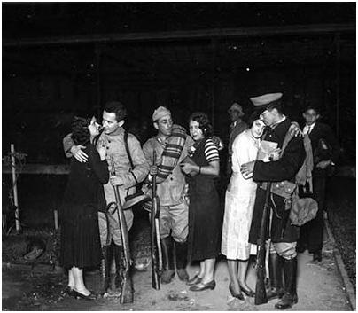 Acima, soldados despedem–se de suas famílias para irem lutar na Revolução de 1932. Foto: Acervo FES