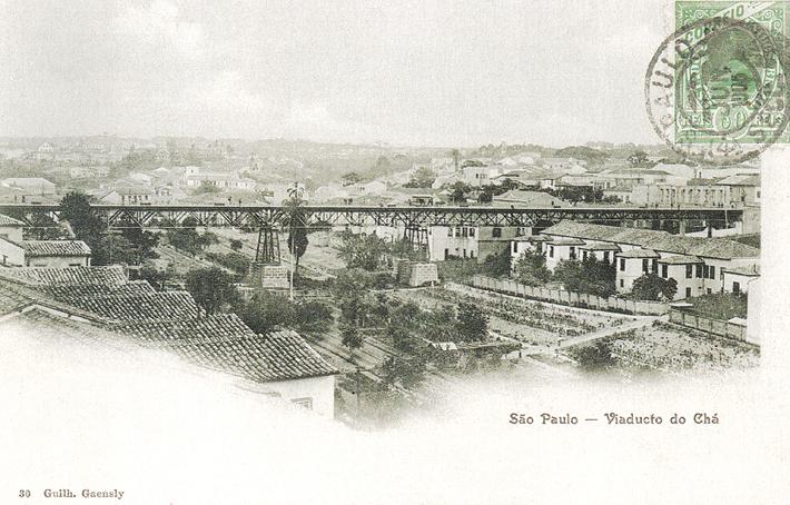 """Antigo Viaduto do Chá sobre o Vale do Anhangabaú, ainda com pomares e plantação, por volta de 1900. Foto: livro """"Lembranças de São Paulo"""""""
