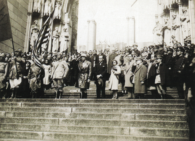 """Revolução de 32 – Paulistas em armas: altas autoridades concentram-se nas escadarias da Catedral da Sé, ainda em construção. Foto: livro """"Lembranças de São Paulo"""""""