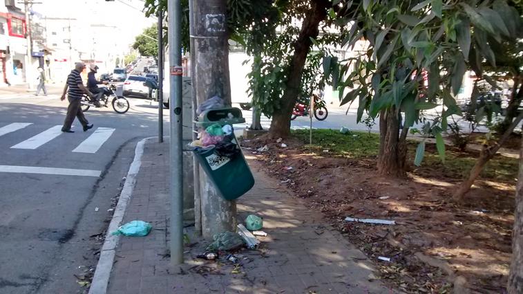 Lixeira depredada na Praça Nicola Camardo esquina com Rua Antônio de Barros: lixo espalhado pela praça e calçadas onde deveria ser um espaço de lazer para os moradores. Foto: aloimage