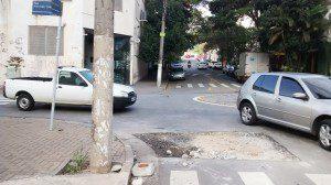 Rua Boa Esperança com Azevedo Soares: carros desviam de buraco ficando na contramão, enquanto pedestres ficam sem saber o que fazer. Foto: aloimage