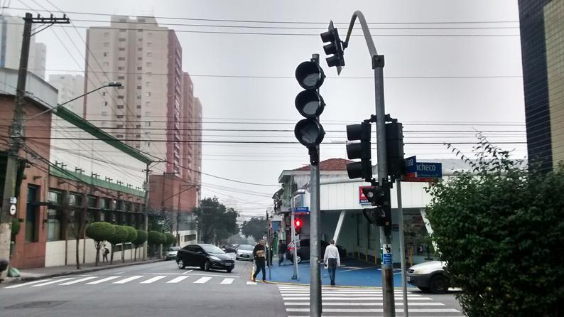 A má administração pública, torna o inacreditável possível: semáforo instalado ao contrário na Rua Apucarana. Foto: aloimage