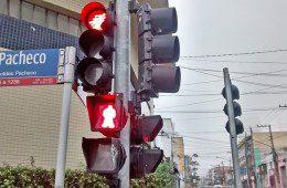 """Tatuapé: """"com dinheiro sobrando"""", Prefeitura instala até semáforo ao contrário"""